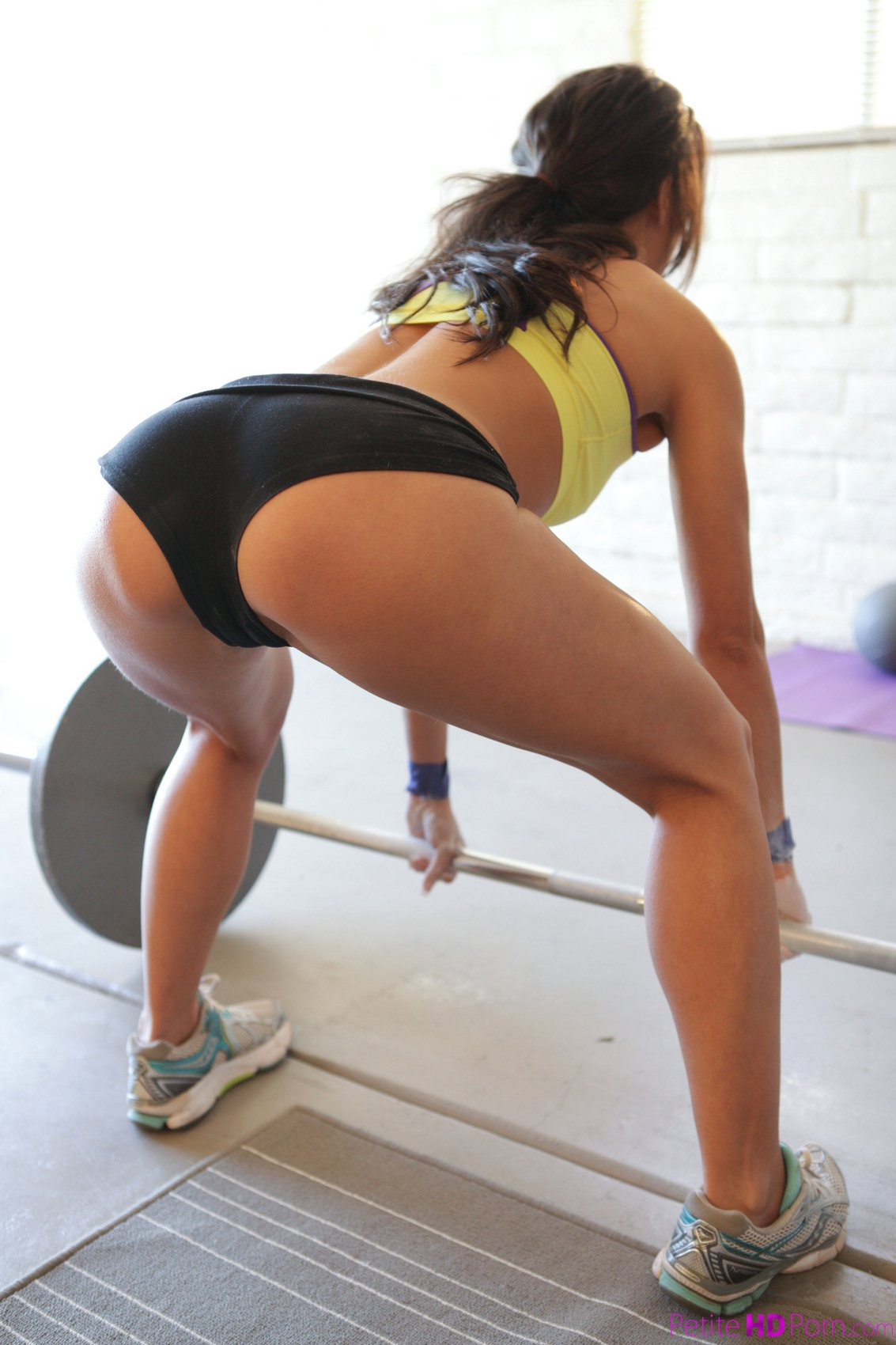 Hot sporty beauty Alexa Tomas is working out her tight ...