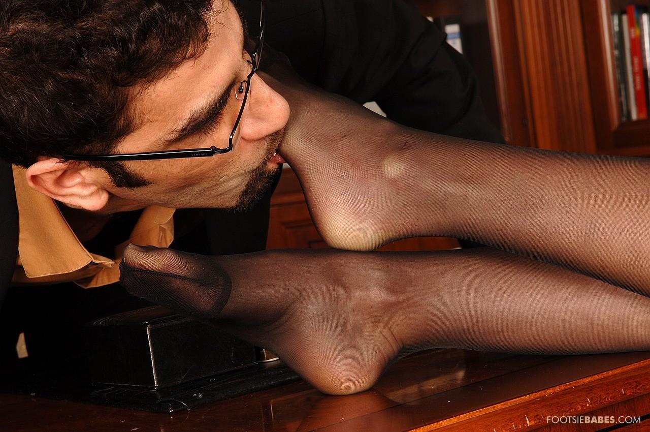 Целует жене ноги, Муж целует ноги жене, которую ебет любовник - смотрите 27 фотография