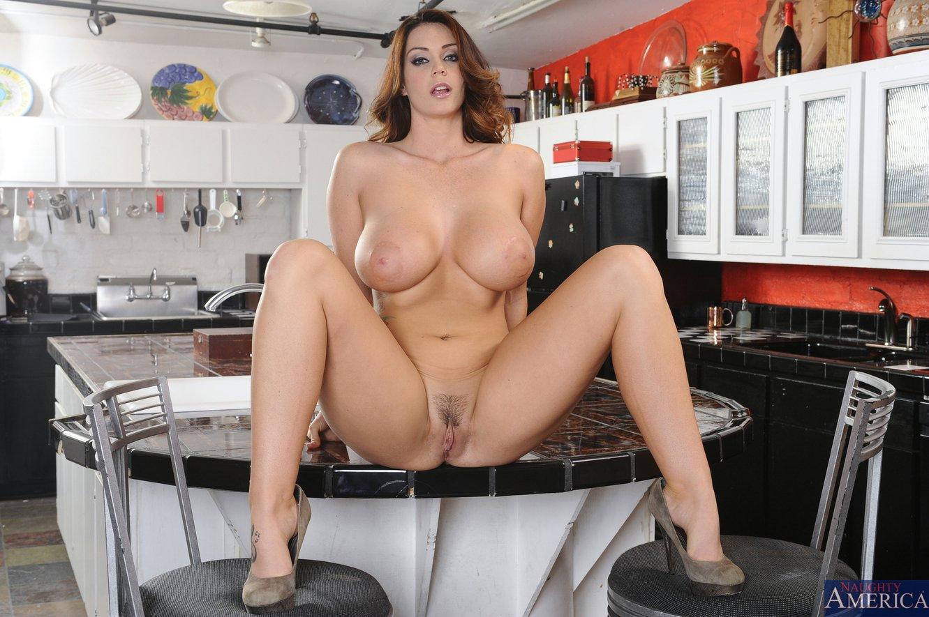 С огромной грудью отдалась на кухне 23 фотография