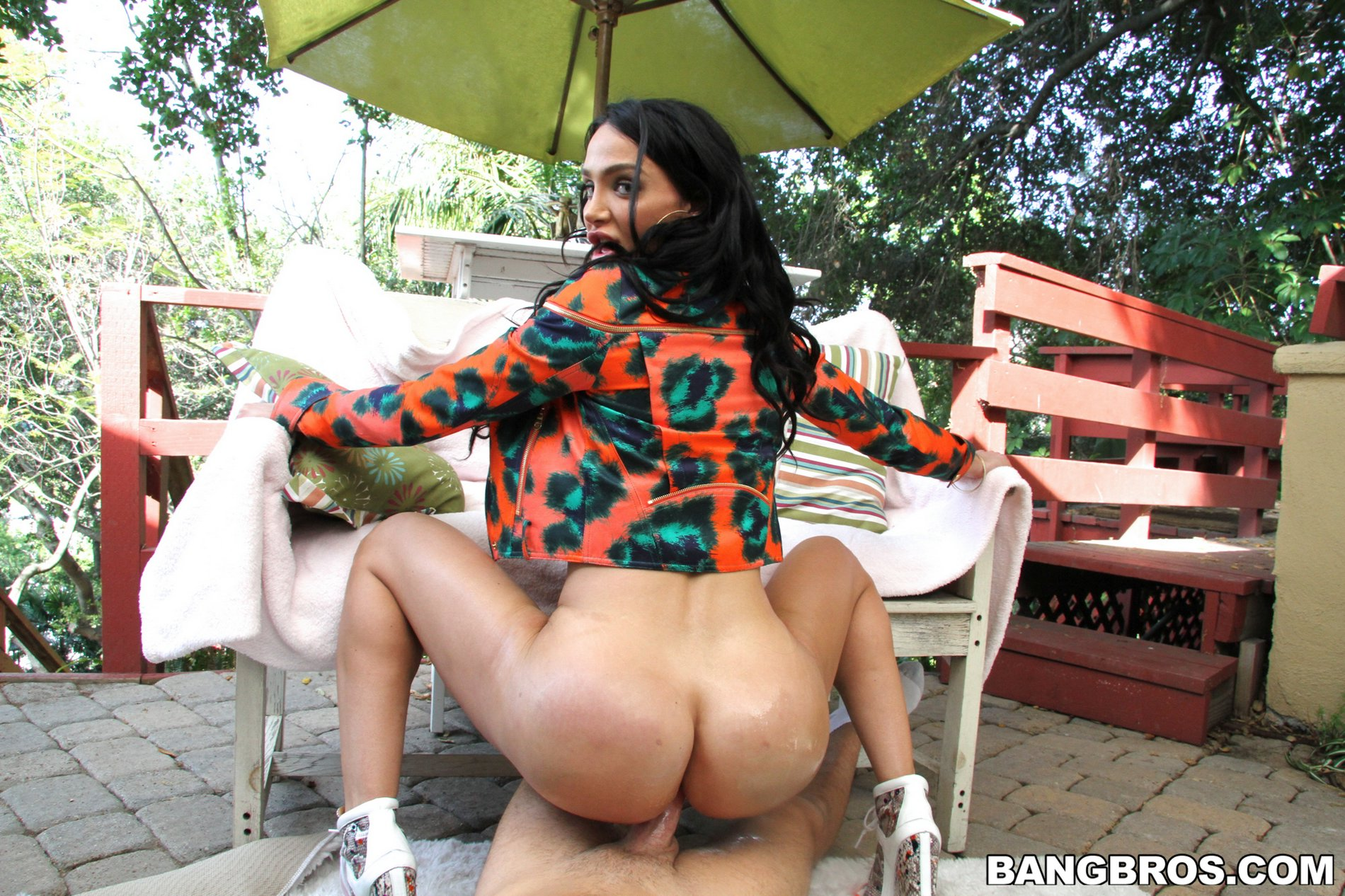 amy anderssen gets fucked and takes cum on her sexy big ass outdoor