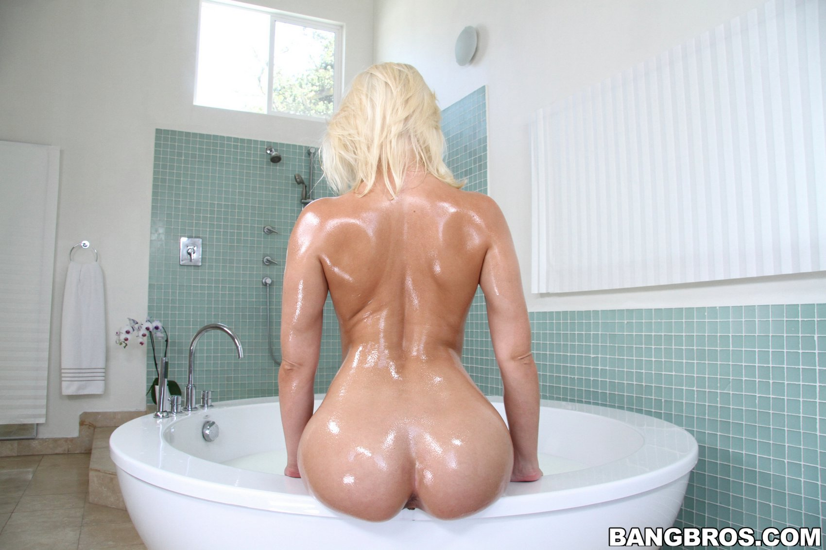 Anikka Albrite showing off her sexy big wet ass in the ...