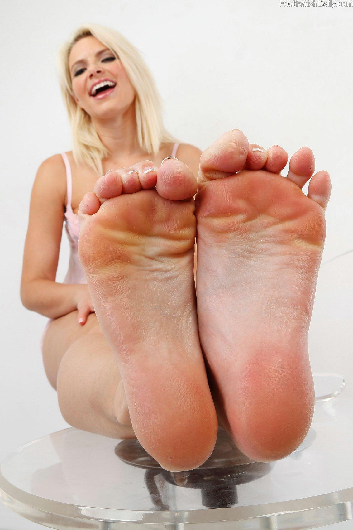 annika albrite feet