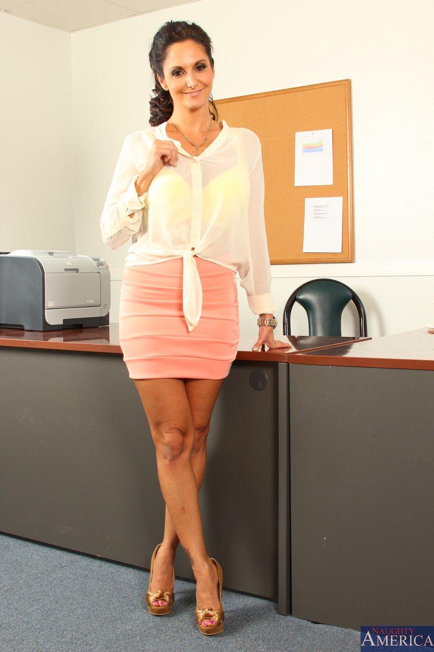 Stocking attired Euro brunette Ava Addams exposing large boobs in office № 372561 бесплатно