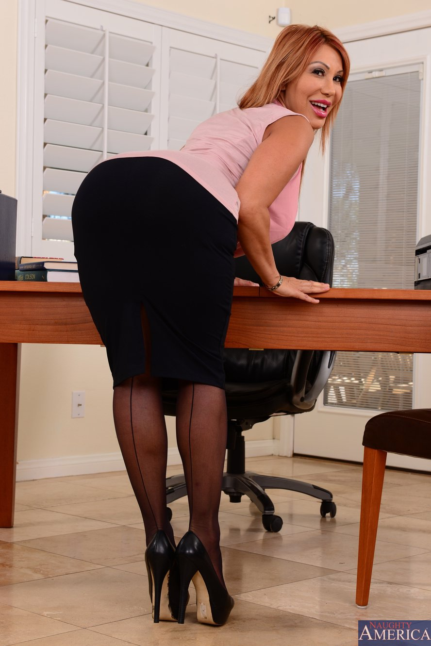 ... in black stockings and heels posing in the office - My Pornstar Book: mypornstarbook.net/pornstars/a/ava_devine/gallery51/mobile.php