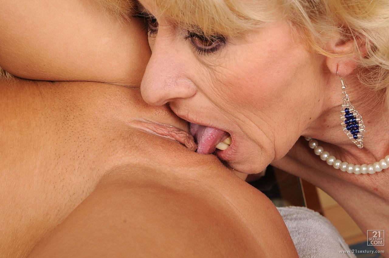 Lesbian mature pussy licking