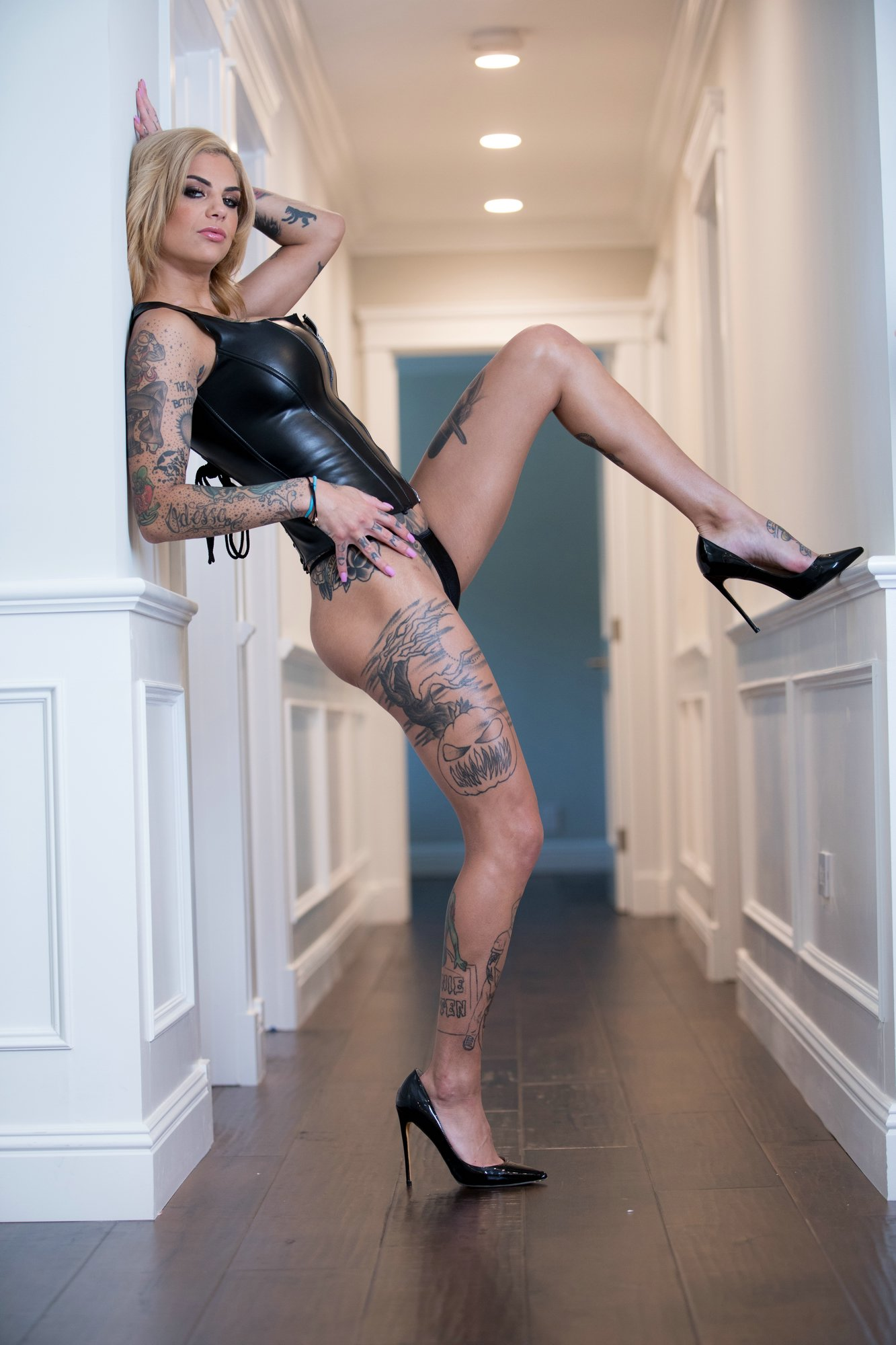 Bonnie Rotten Posing In Black Leather Corset And High -9382