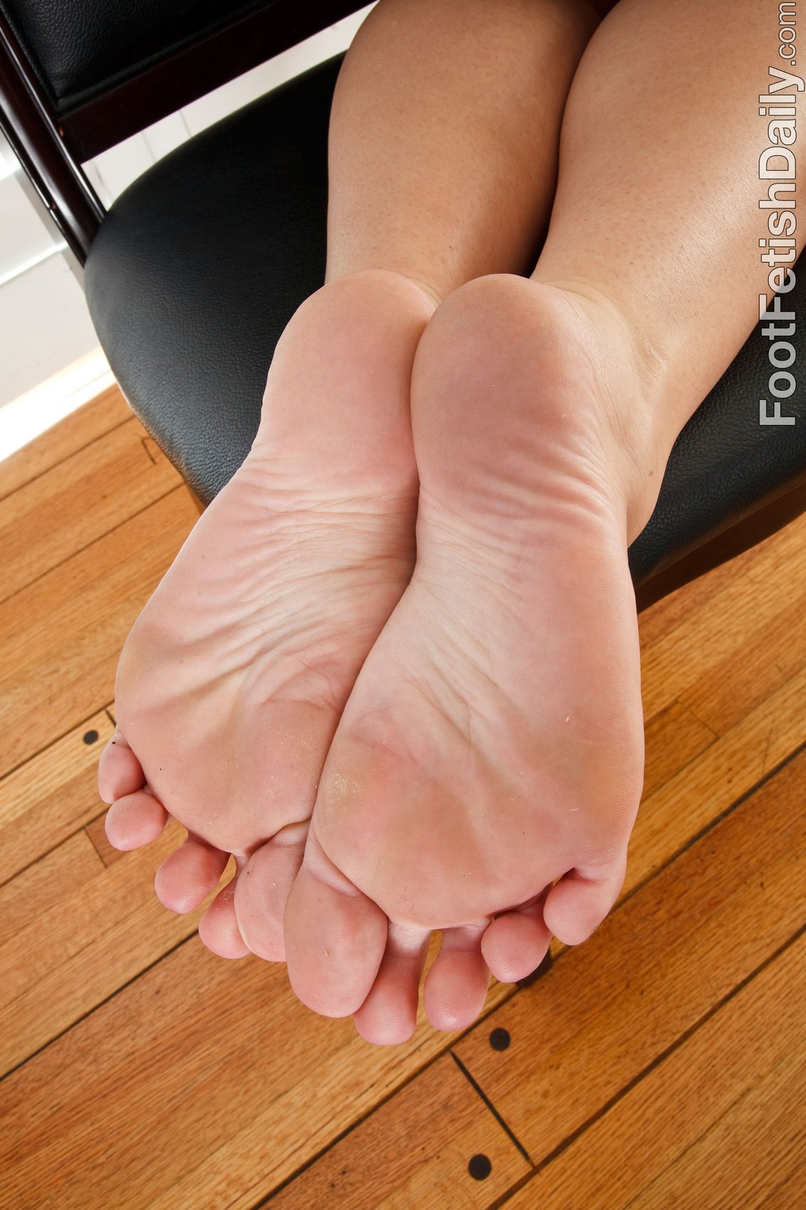 Brooke Lee Adams prikazuje off ji seksi noge in soles - my-2115