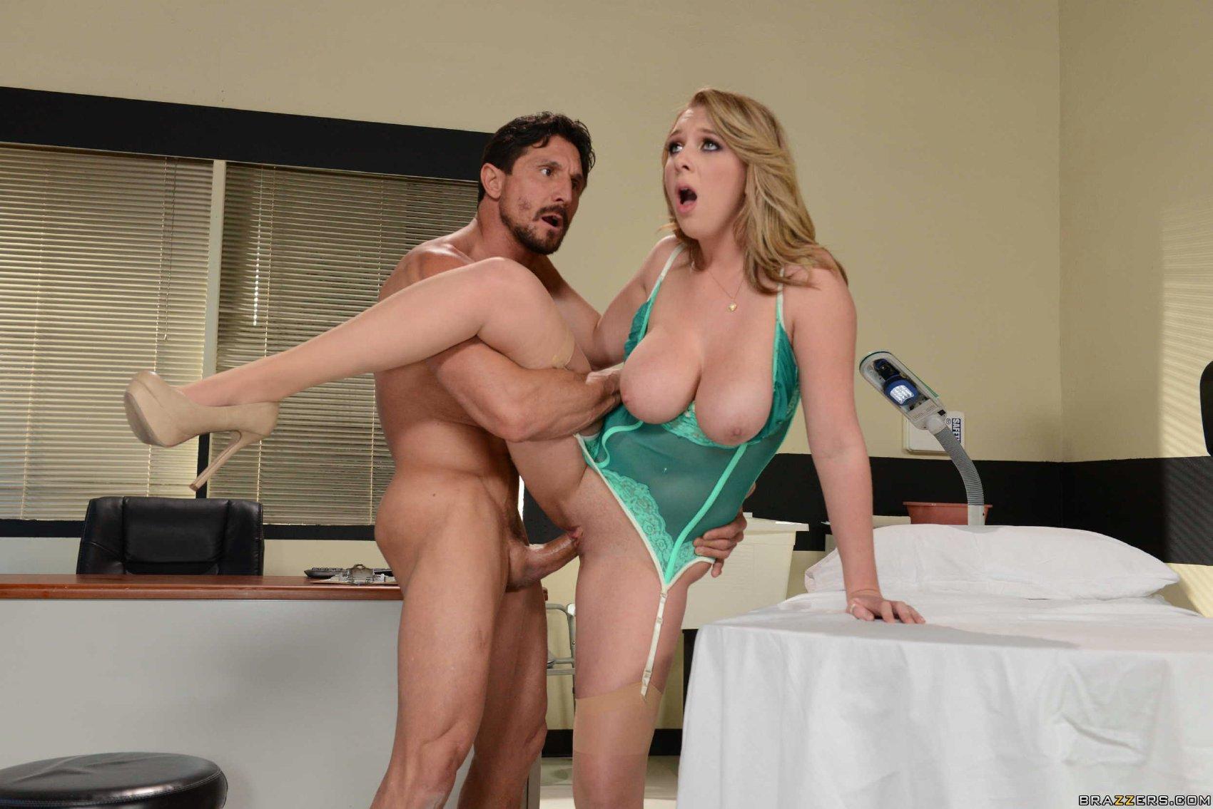 Brooke Wylde в розовой сорочке соблазнила мужа порно фото бесплатно