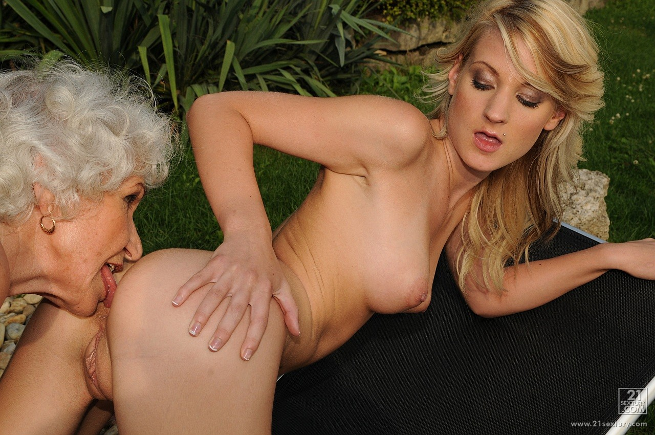 Young lesbian lovers-5612
