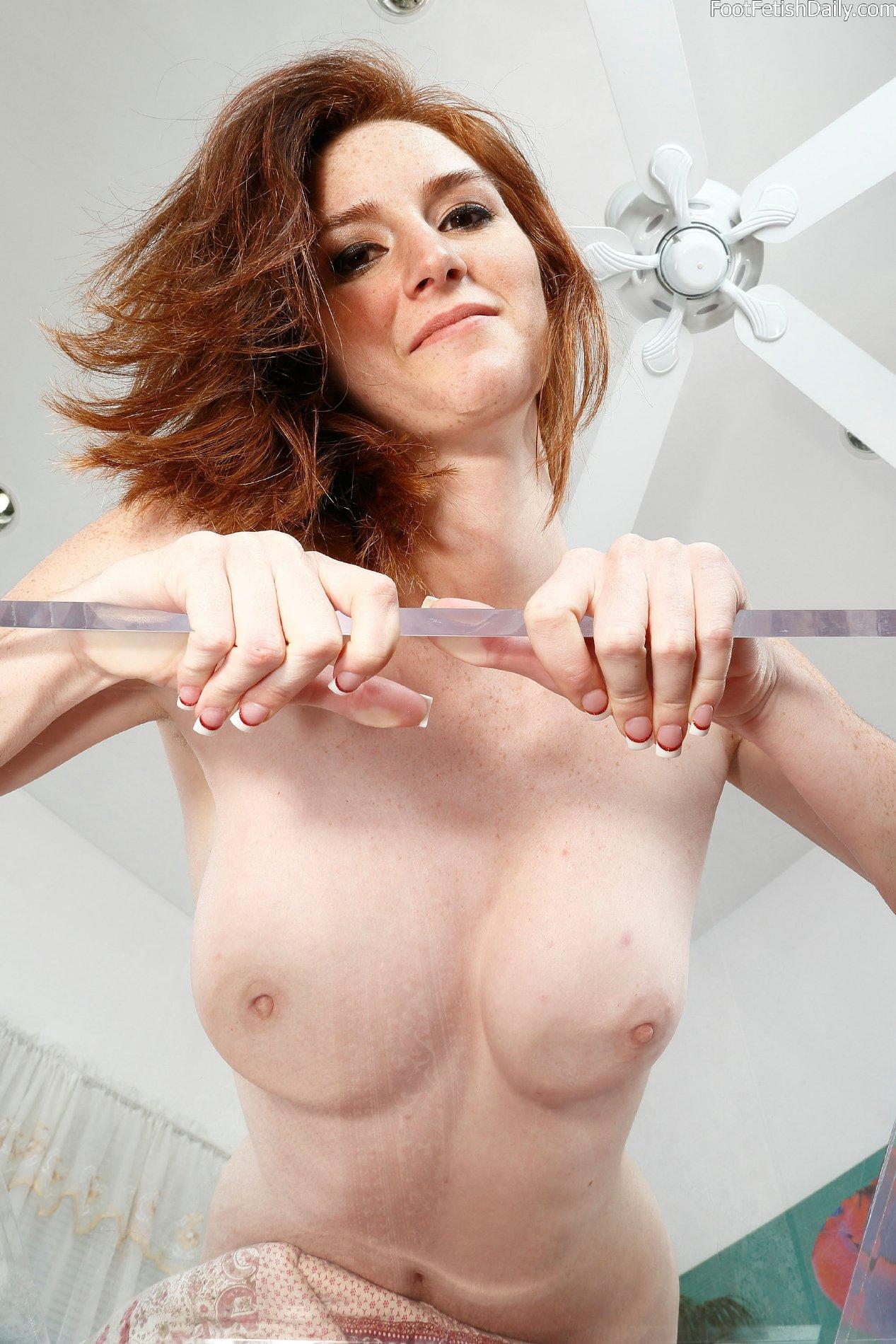 Dee Dee Lynn shows off her sexy smooth soles - My Pornstar ...
