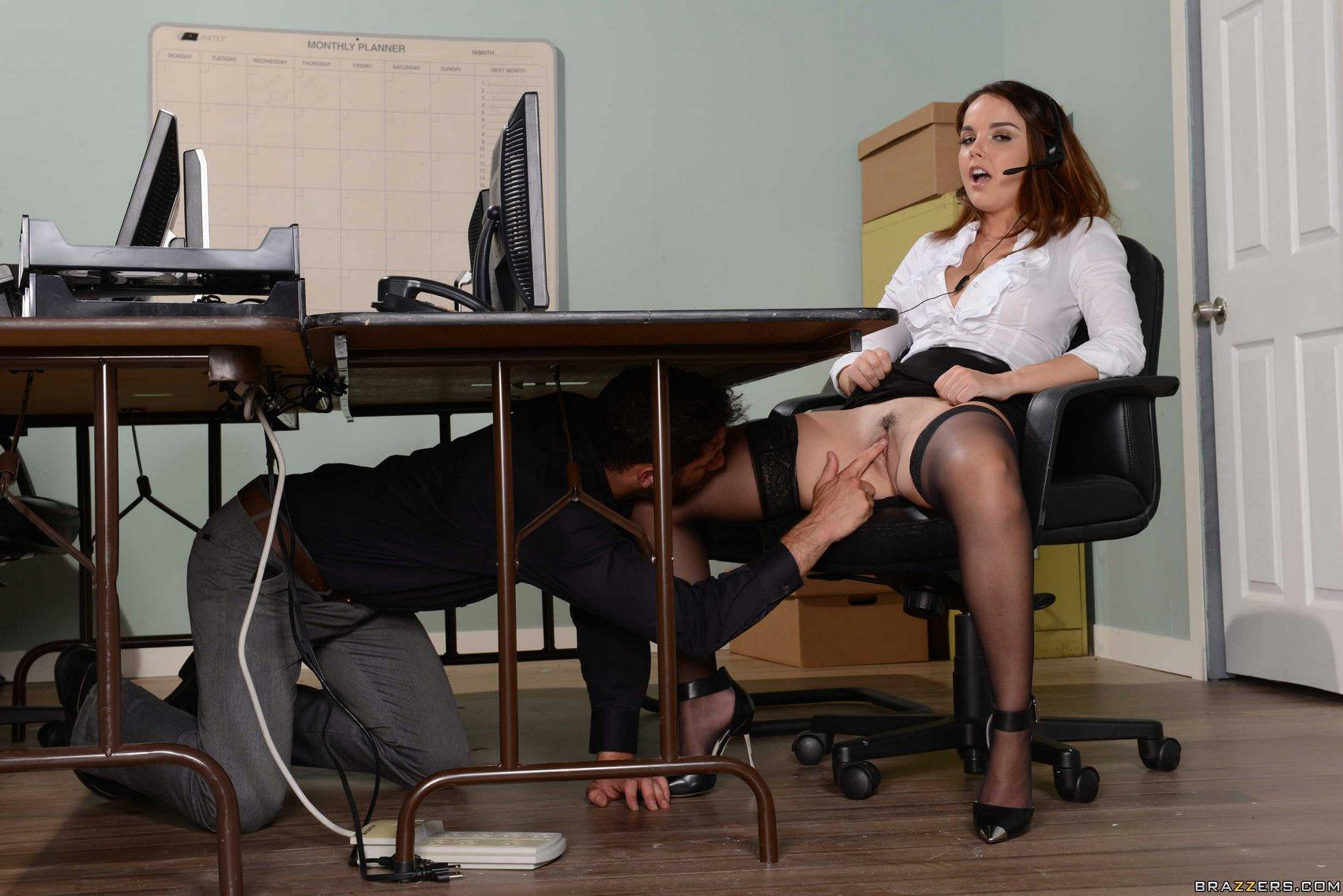 залезла под стол порно смотреть онлайн