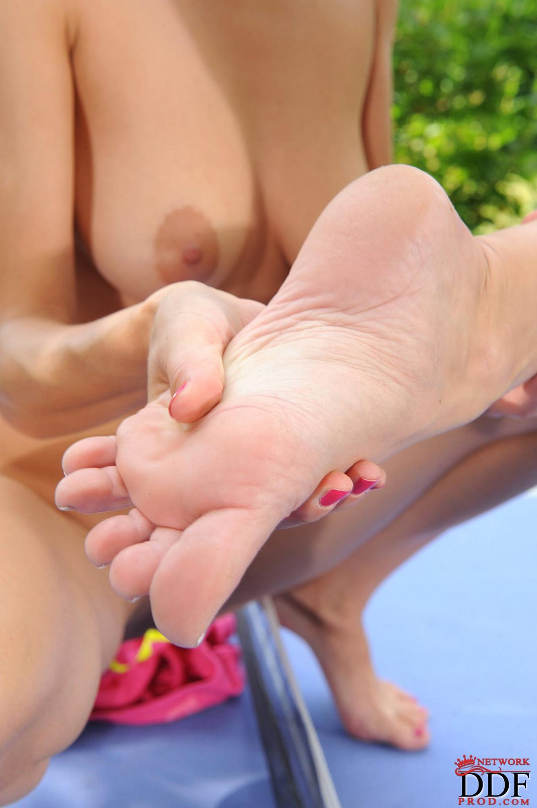 Eufrat and Sandra Sanchez having lesbian foot fun outdoor ...