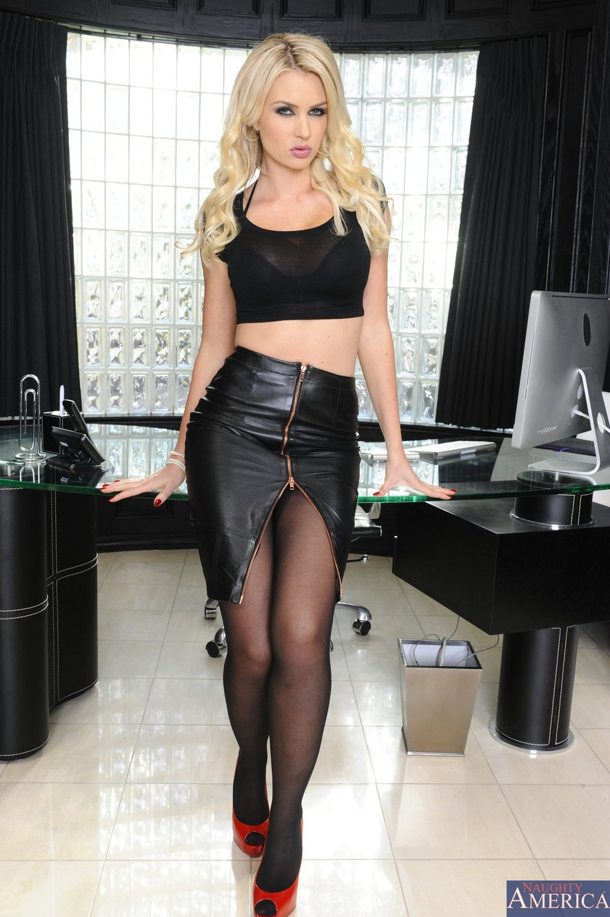 Gigi Allens In Black Stockings And Red Heels Posing For -3921