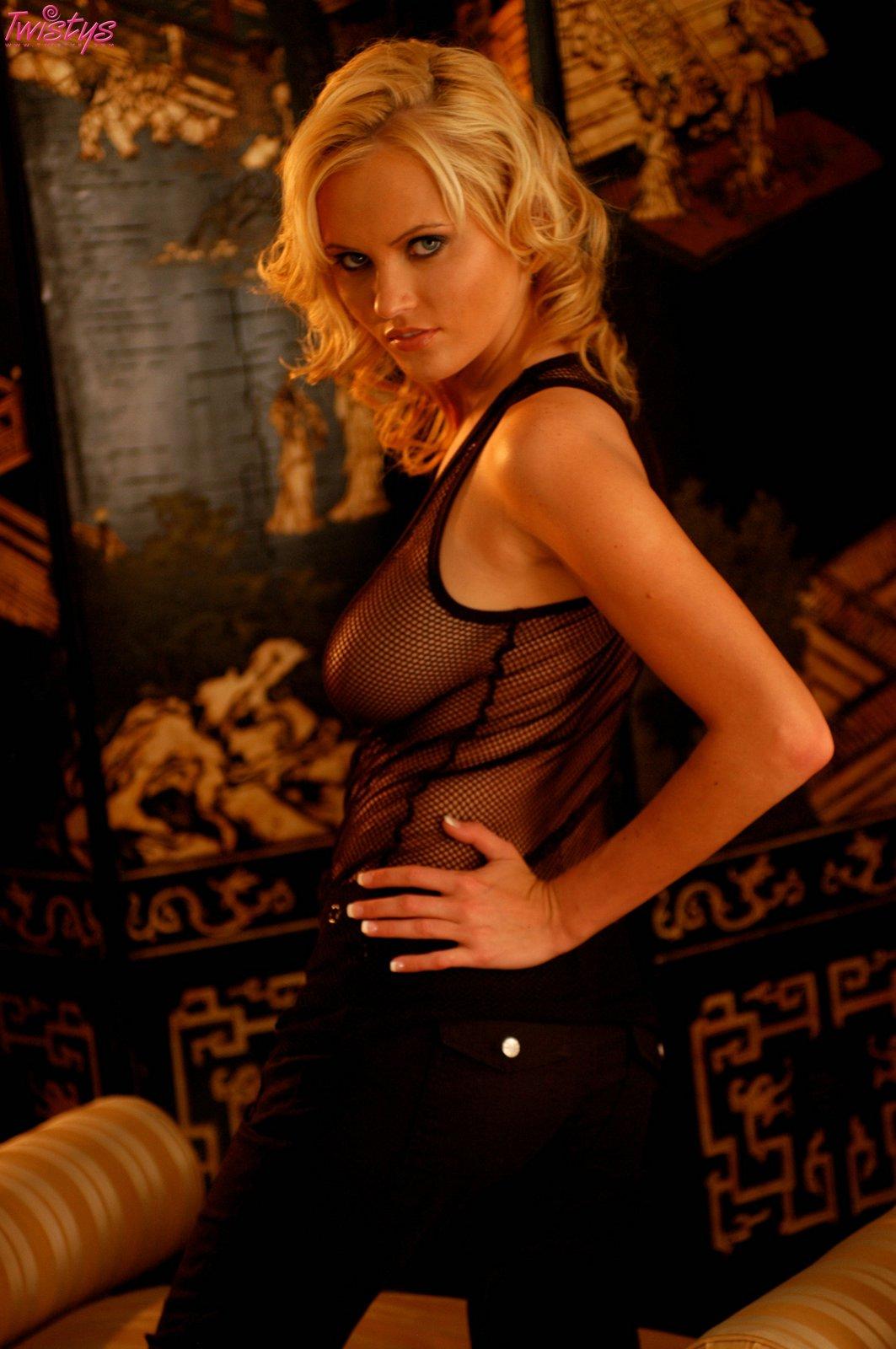 Beautiful blonde pornstar Hanna Hilton undressing for spreading of vagina  43745