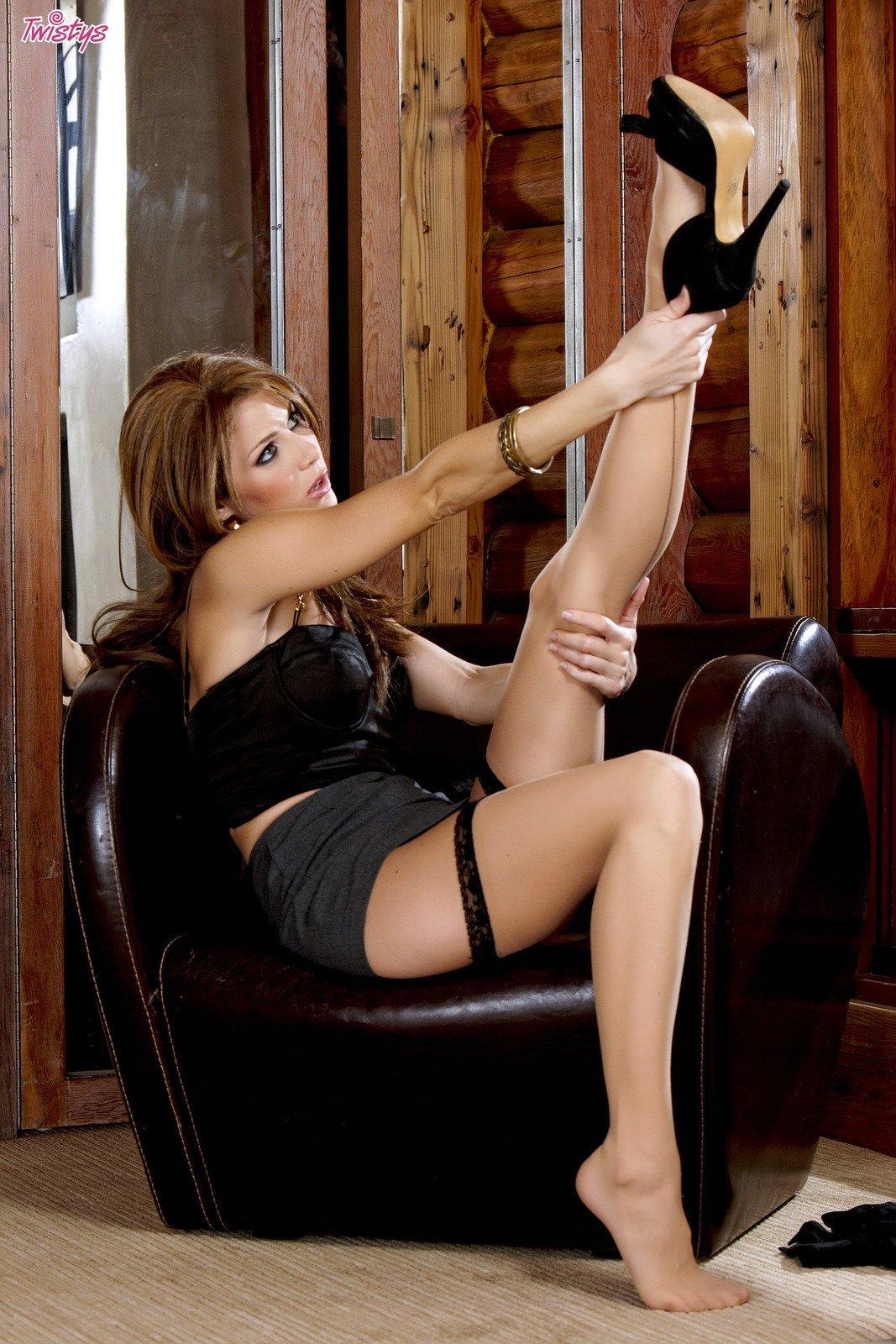 Интимное соло фото милашки в гетрах Jenni Lee