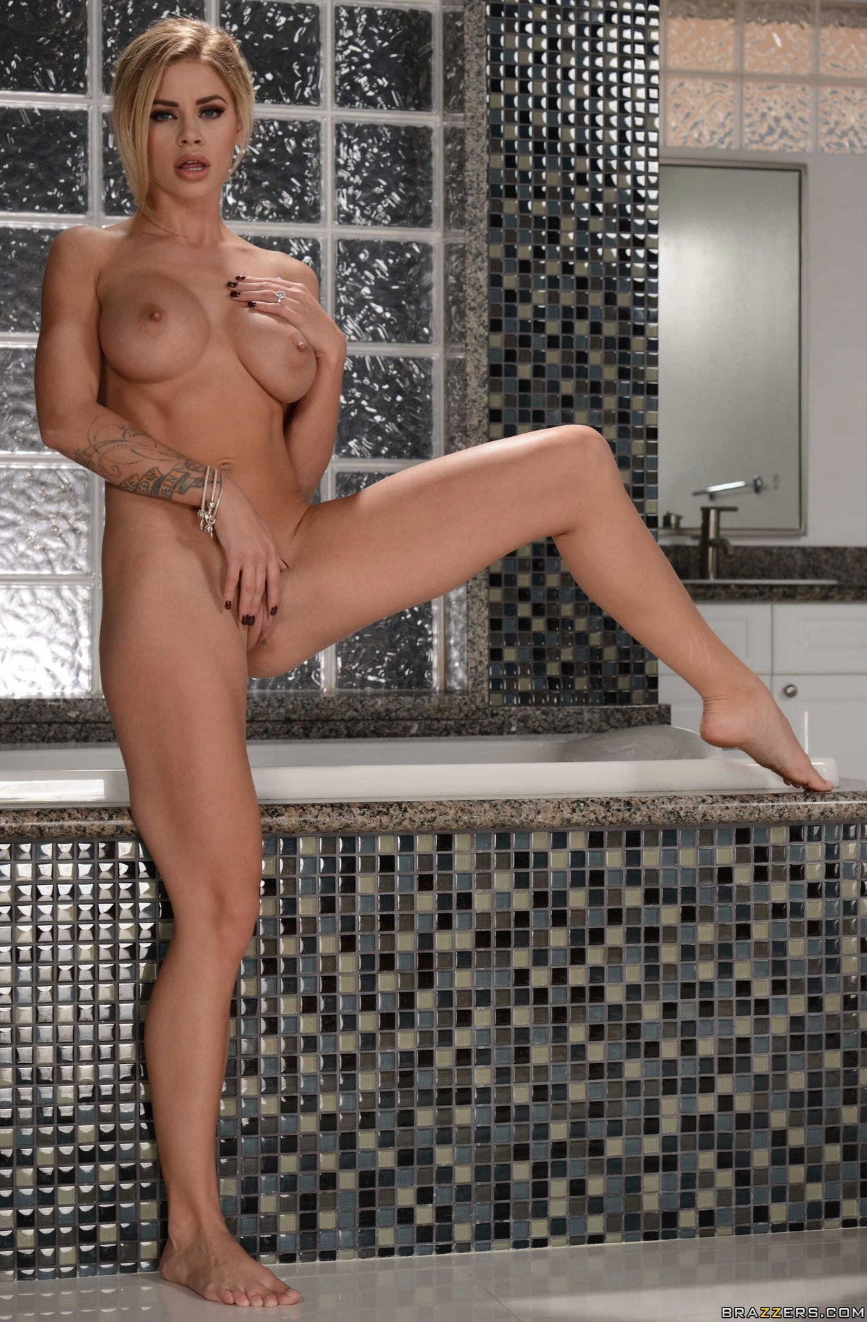 Beautiful blonde Jessa Rhodes poses naked in the bathroom ...