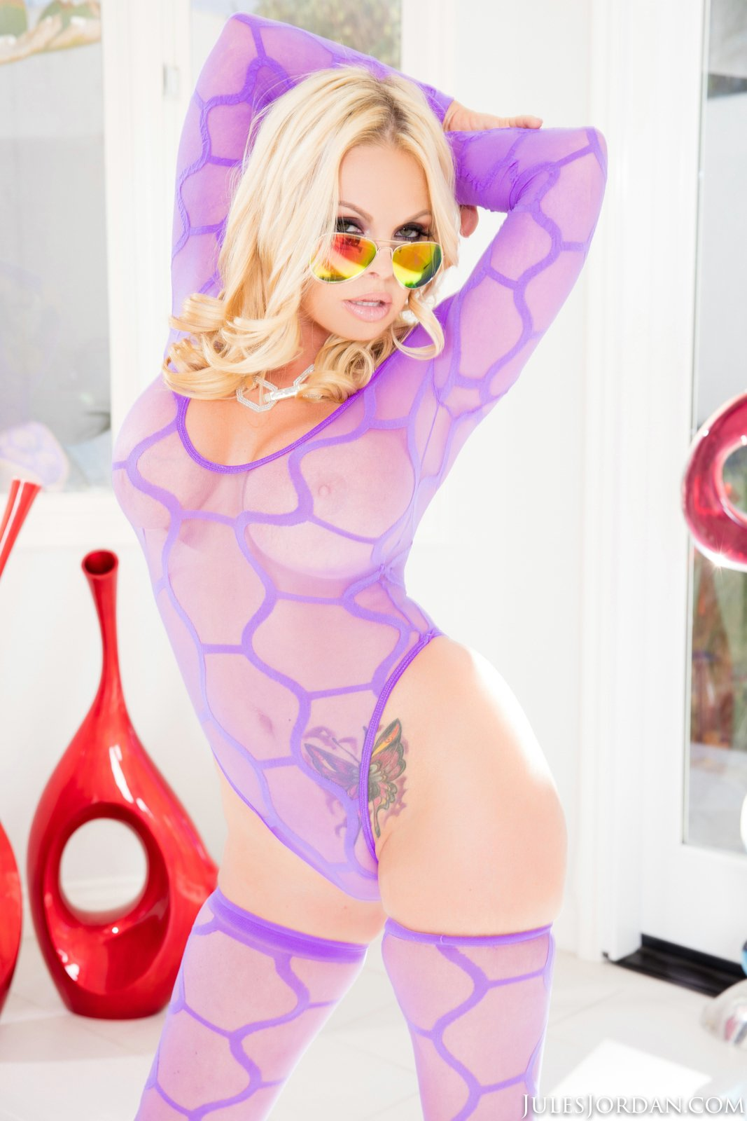 Jesse Jane in sexy purple lingerie and stockings poses for camera - My Pornstar Book
