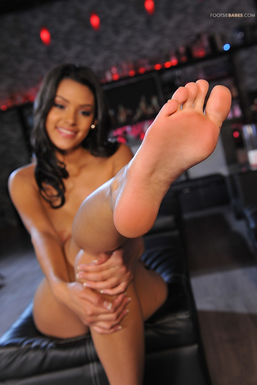 Josie Jagger strips and shows her sexy feet at the bar ...