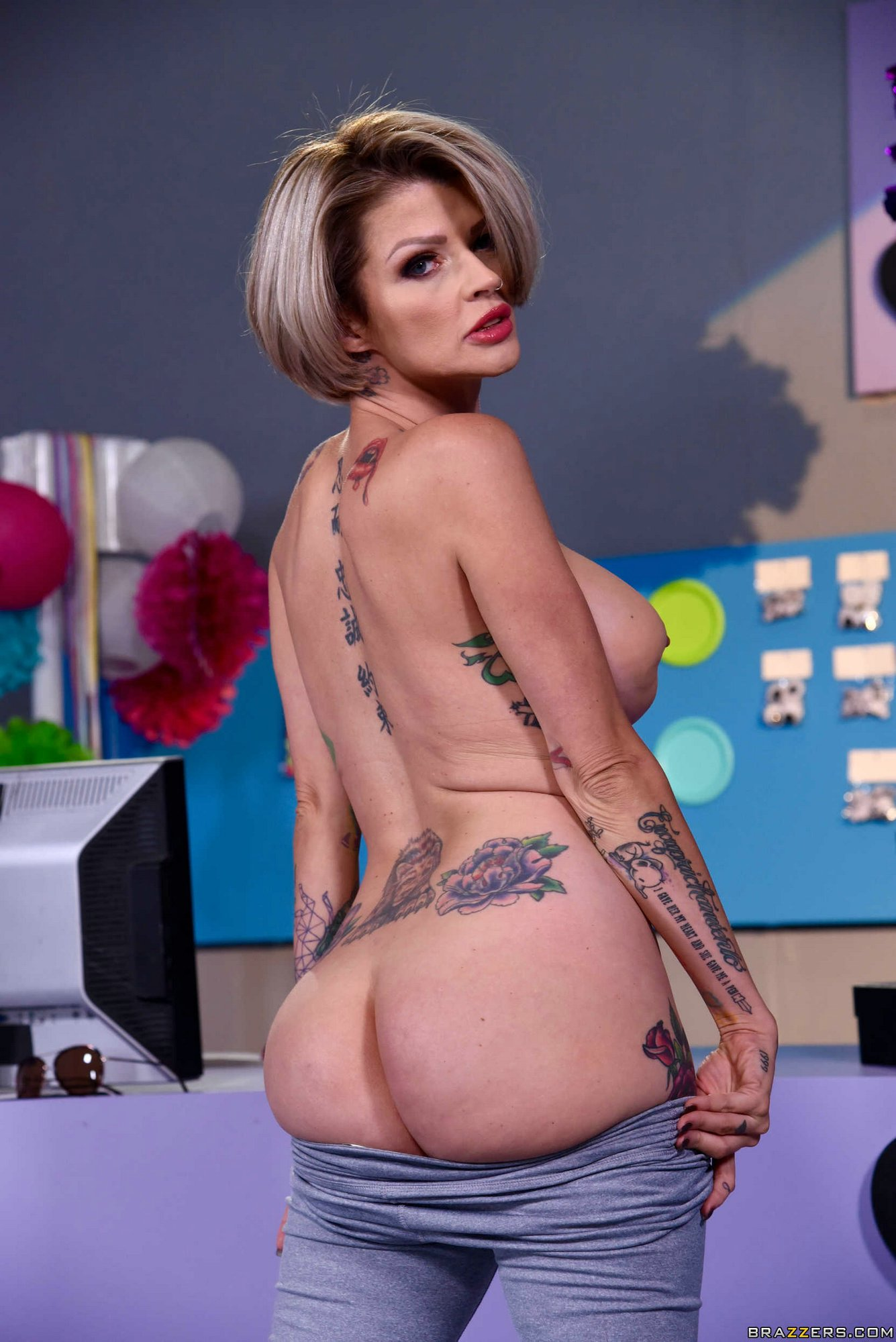 Inked joslyn james slides her pussy on the stiff dick