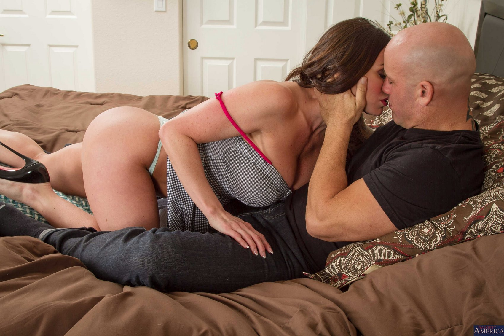 kendra lust seduce - Gorgeous MILF Kendra Lust seducing her neighbor.