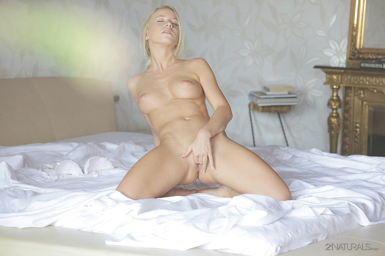 Blonde kiara lord is pssing so high 2