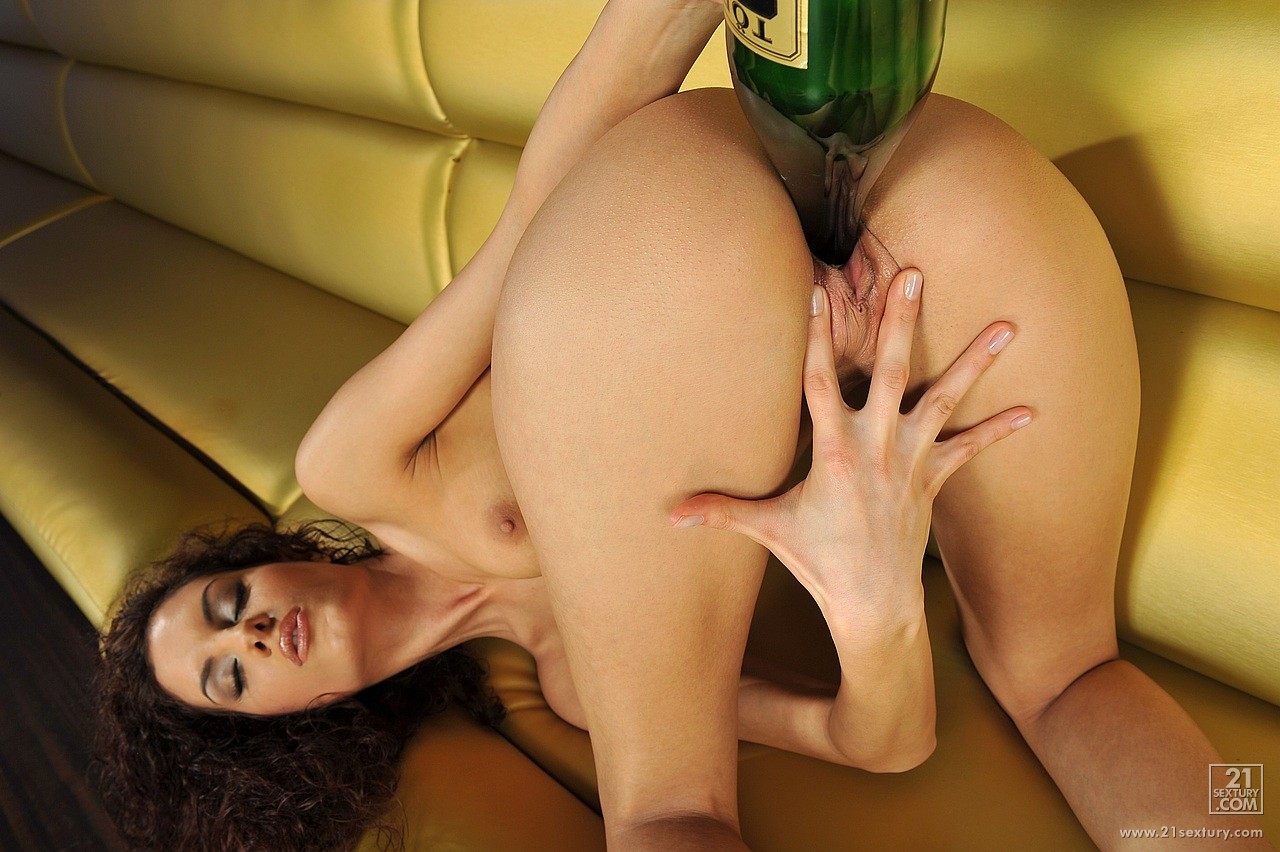 leanna sweet posing and fucking her pussy with a bottle