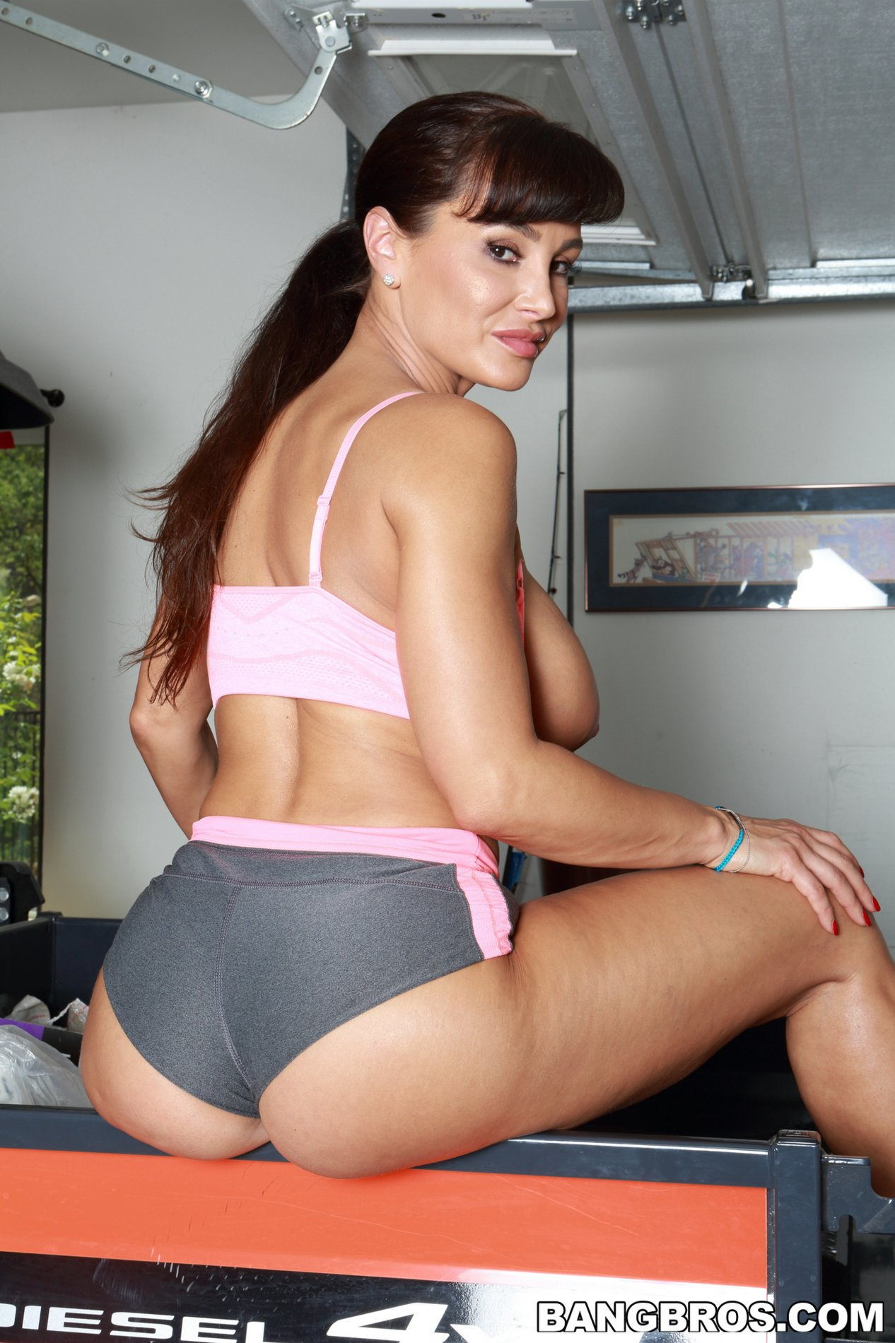Hot Lisa Ann Pic hot busty sporty milf lisa ann shows off her amazing body