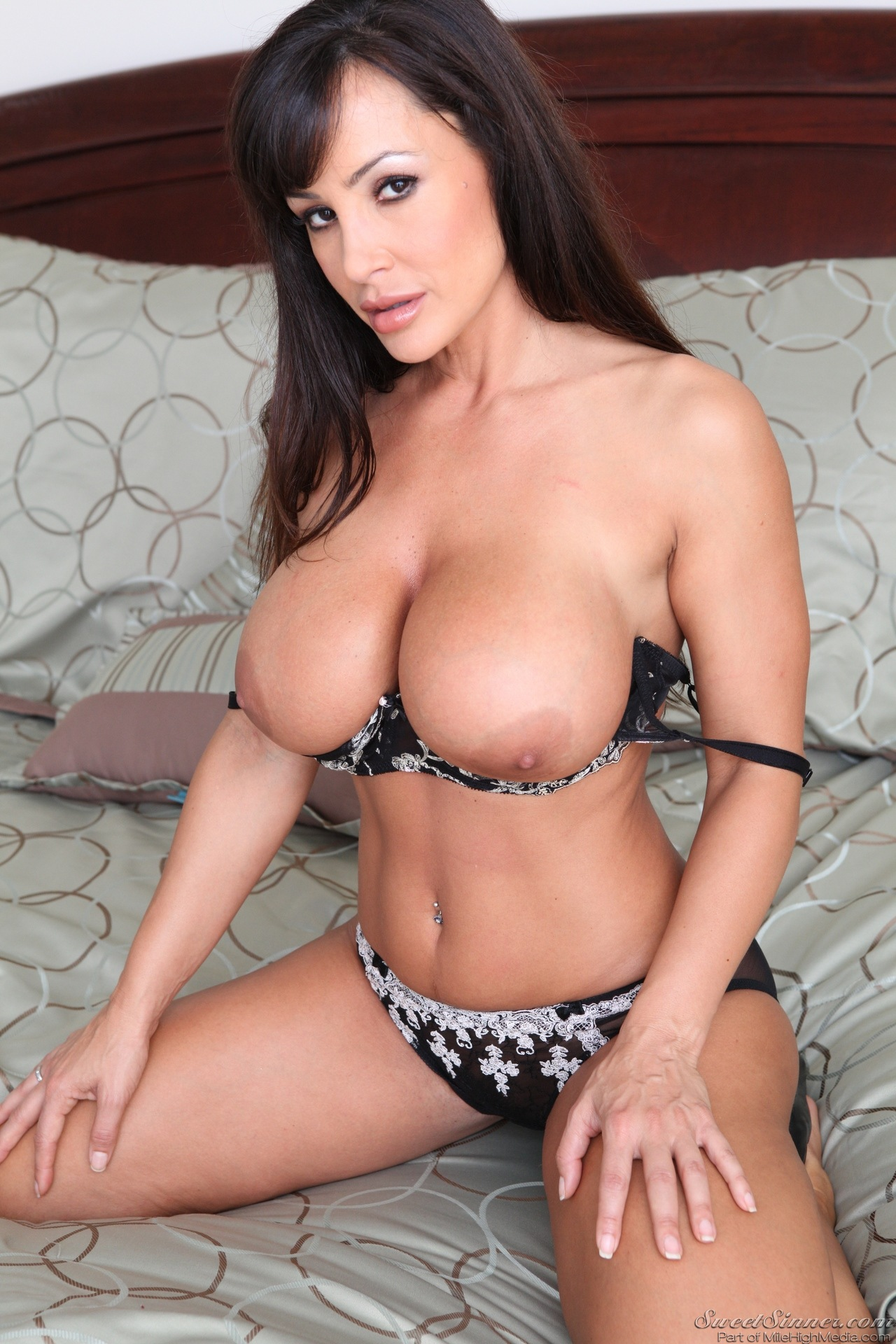 Lisa ann porn posing fantastic way!