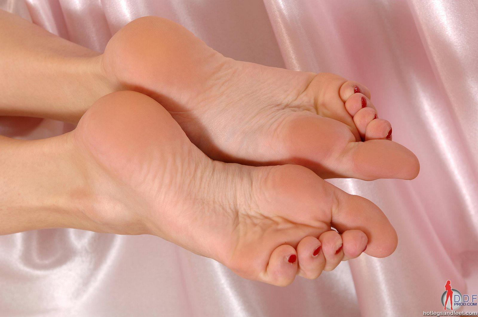 Cute babe Liz Valery showing off her pretty feet - My ...