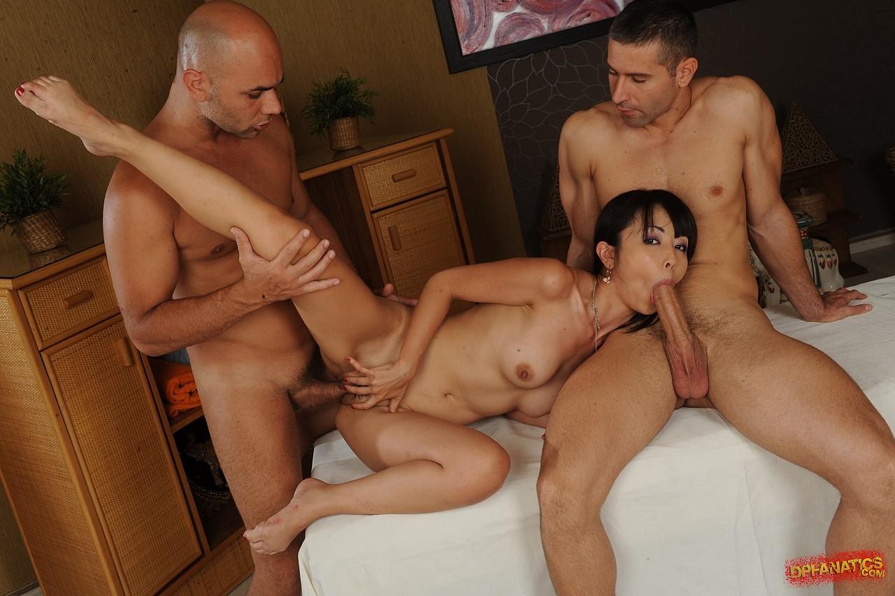 Три мужика трахают азиатку, Три мужика трахнули страстную азиатку 1 фотография