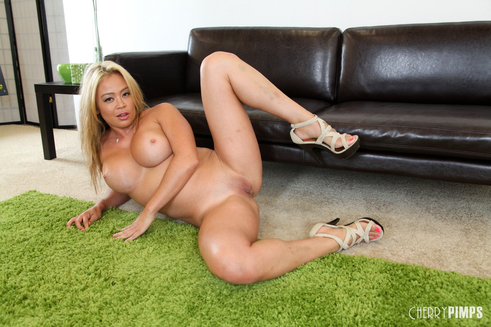 Mia Lelani in sexy shoes shows off her hot body - My ...
