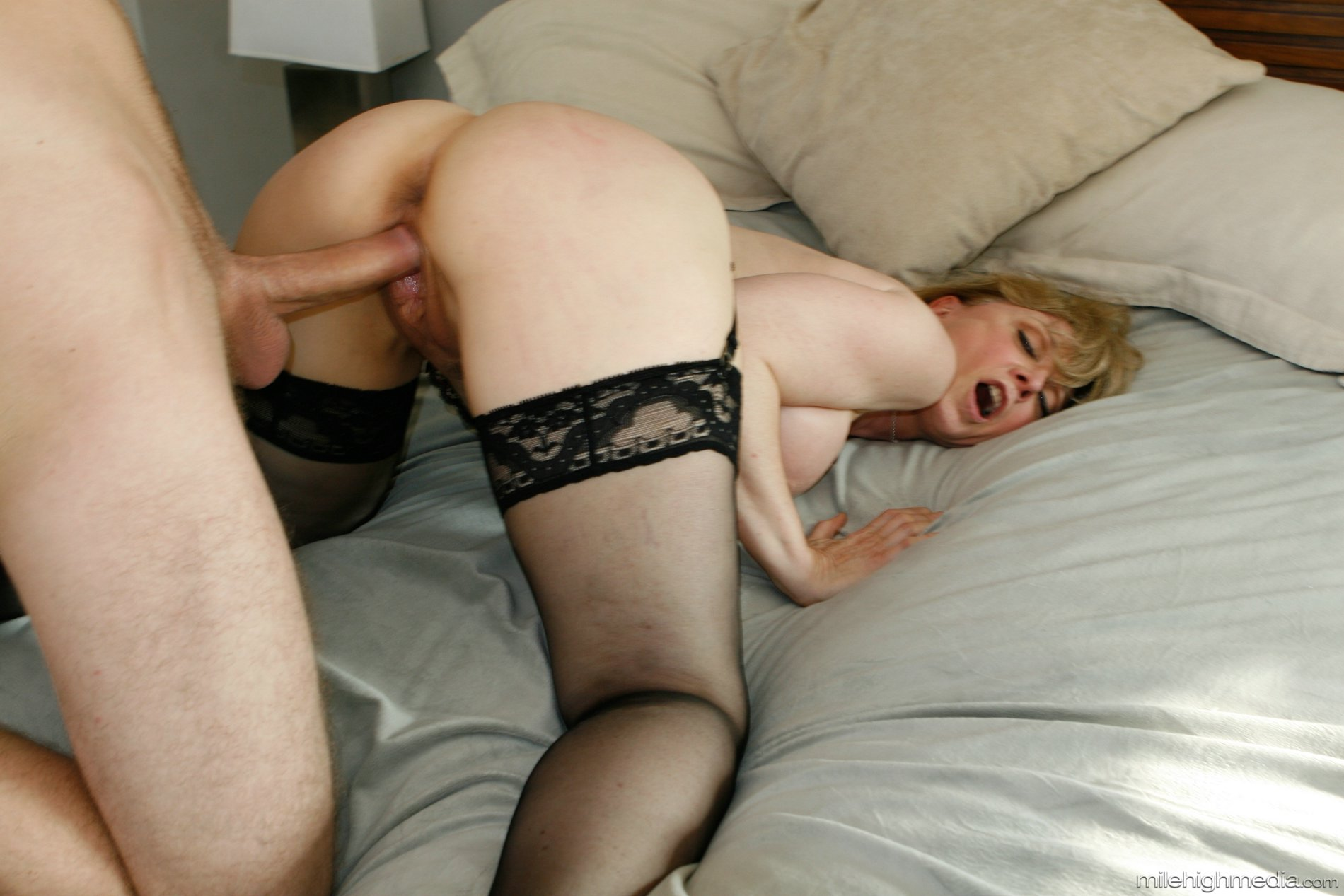 busty hentai princess gets sucking her bigtit