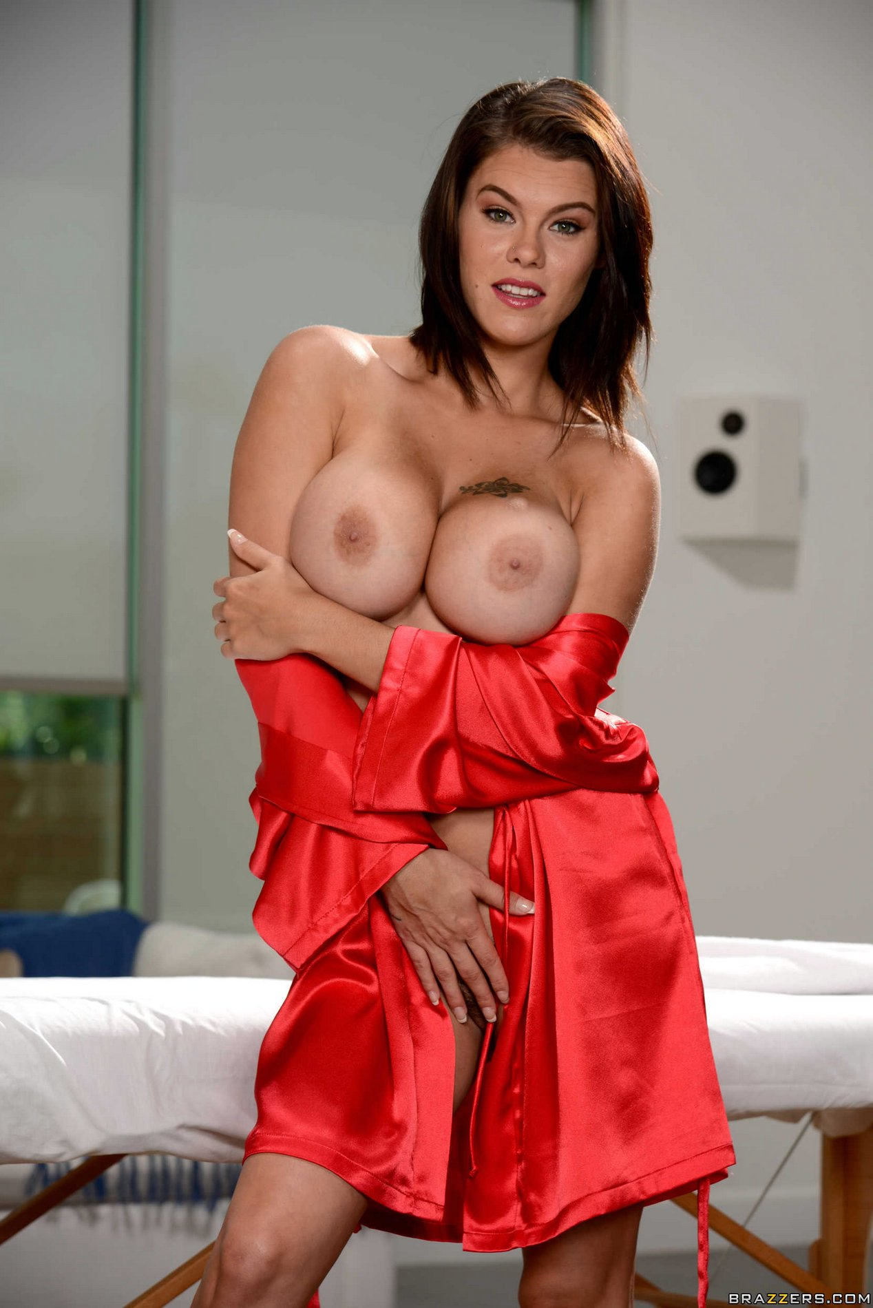Gorgeous Brunette Peta Jensen Exhibits Her Perfect Naked Body My