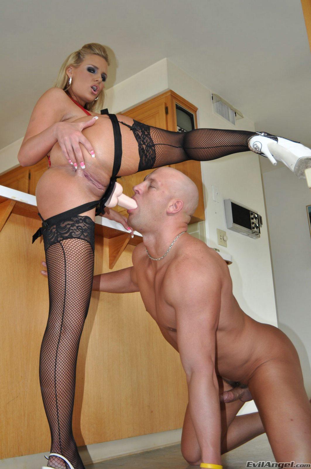 Смотреть порно русская госпожа трахает страпоном раба 11 фотография