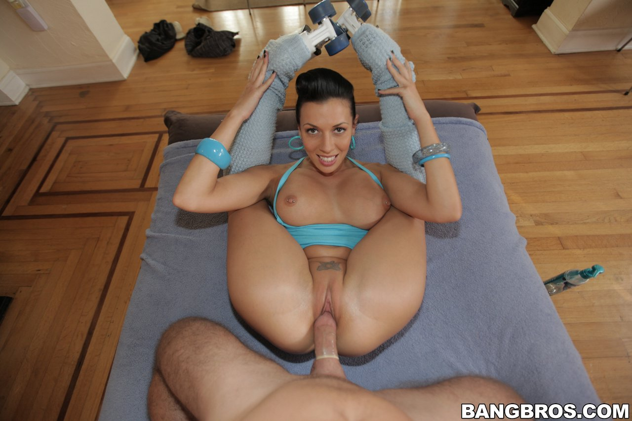 Hot roller skater Rachel Starr showing her body and riding ...