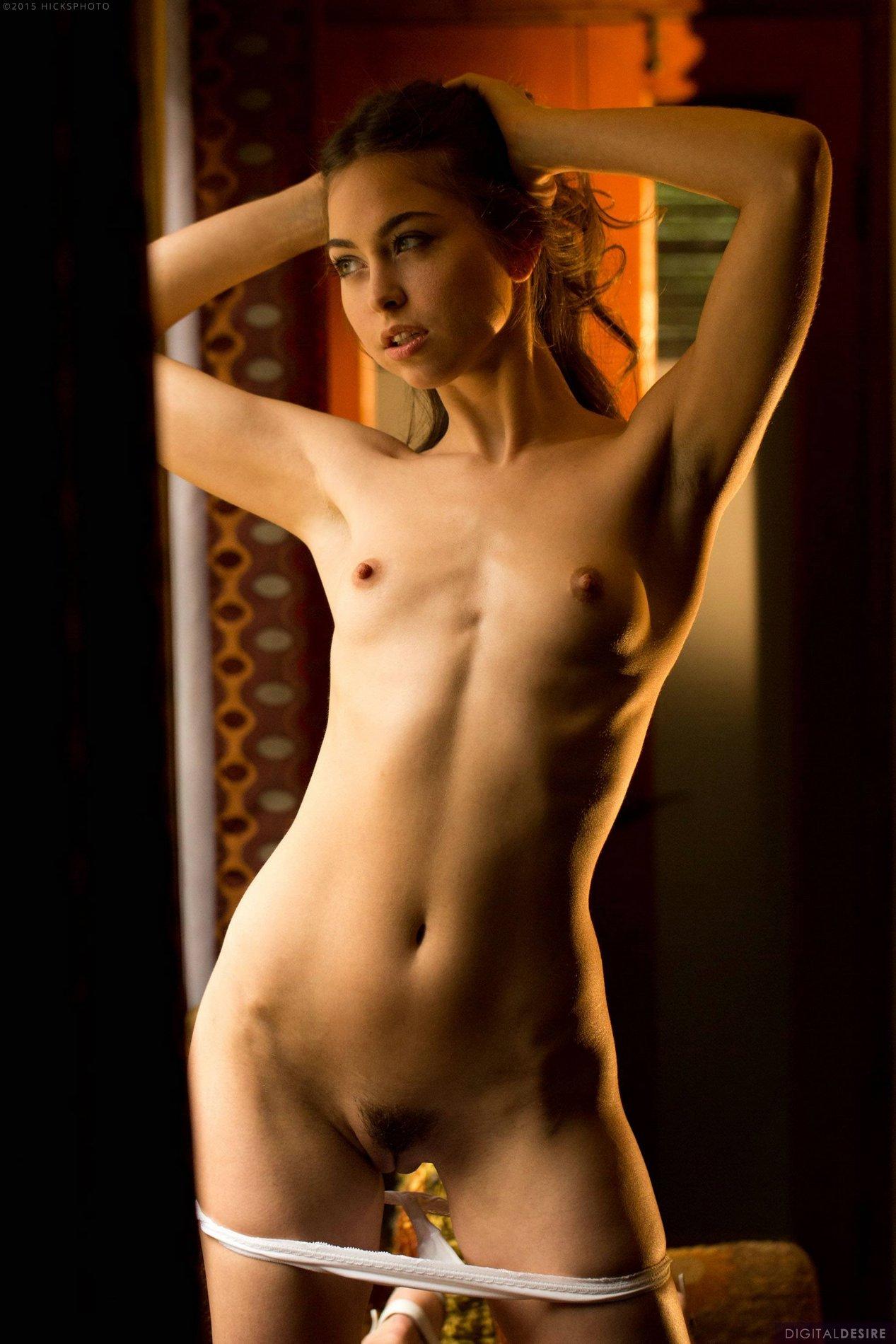 Magnifique Brunette Riley Reid Exhibant son corps serré - Mon-8819