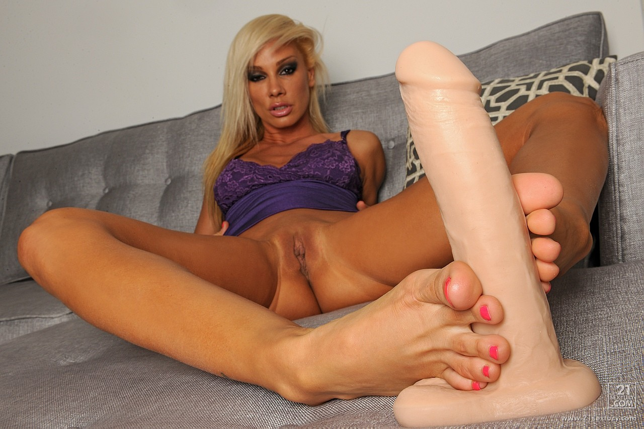 Ts Melody Green Show Off Her Feet And Lay With Dildo