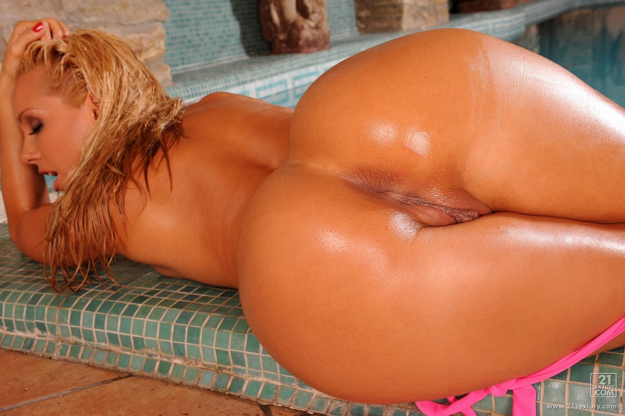 Oiled Beauty Sandy Showing Her Sexy Big Ass And Fisting -2396