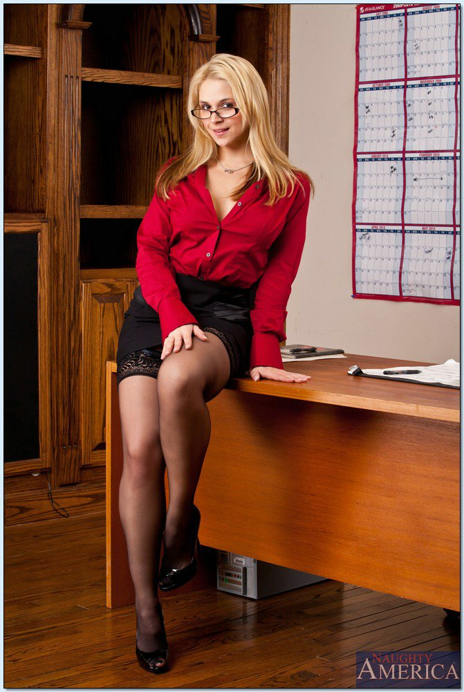 Doing business with sexy Sarah Vandella is just
