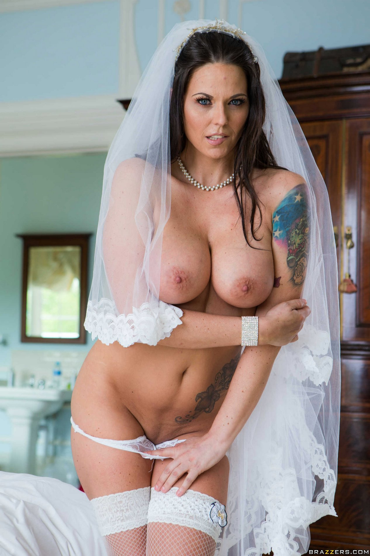image Simony diamond is a hot little bar maid