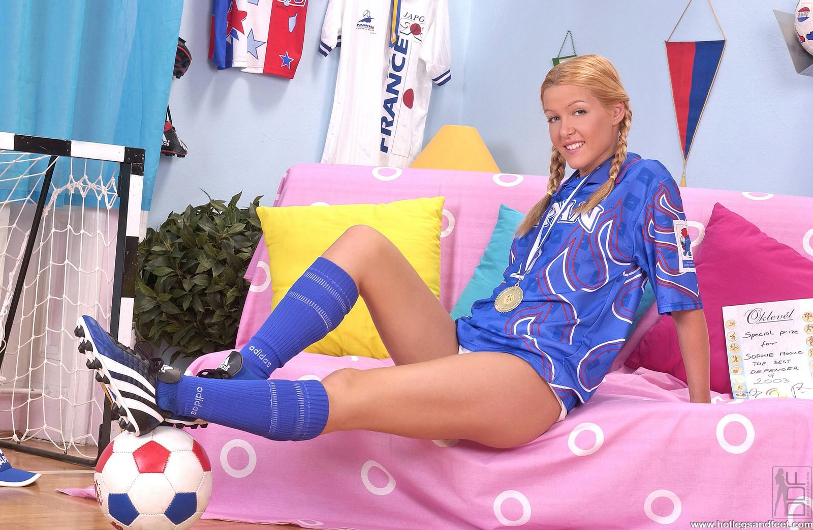 Sexy soccer player Sophie Moone showing off her nice feet ...