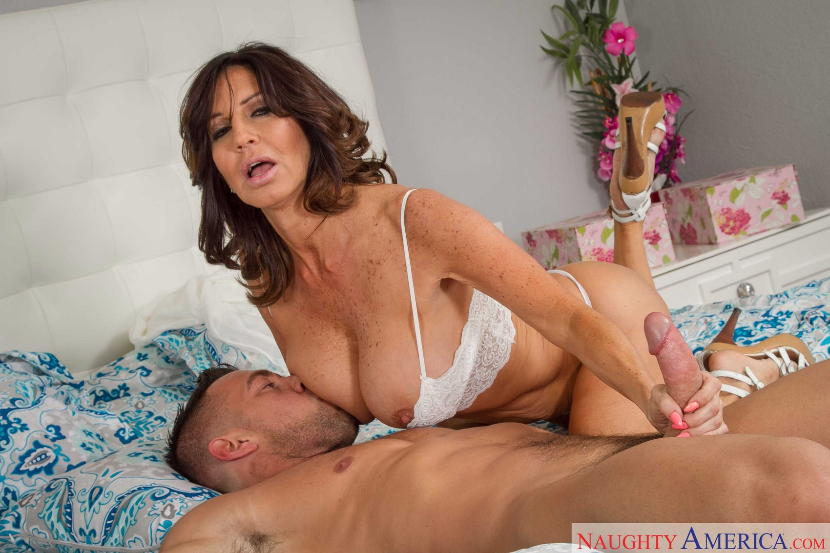 Mature Brunette Tara Holiday Having Hot Sex With Muscular -2895