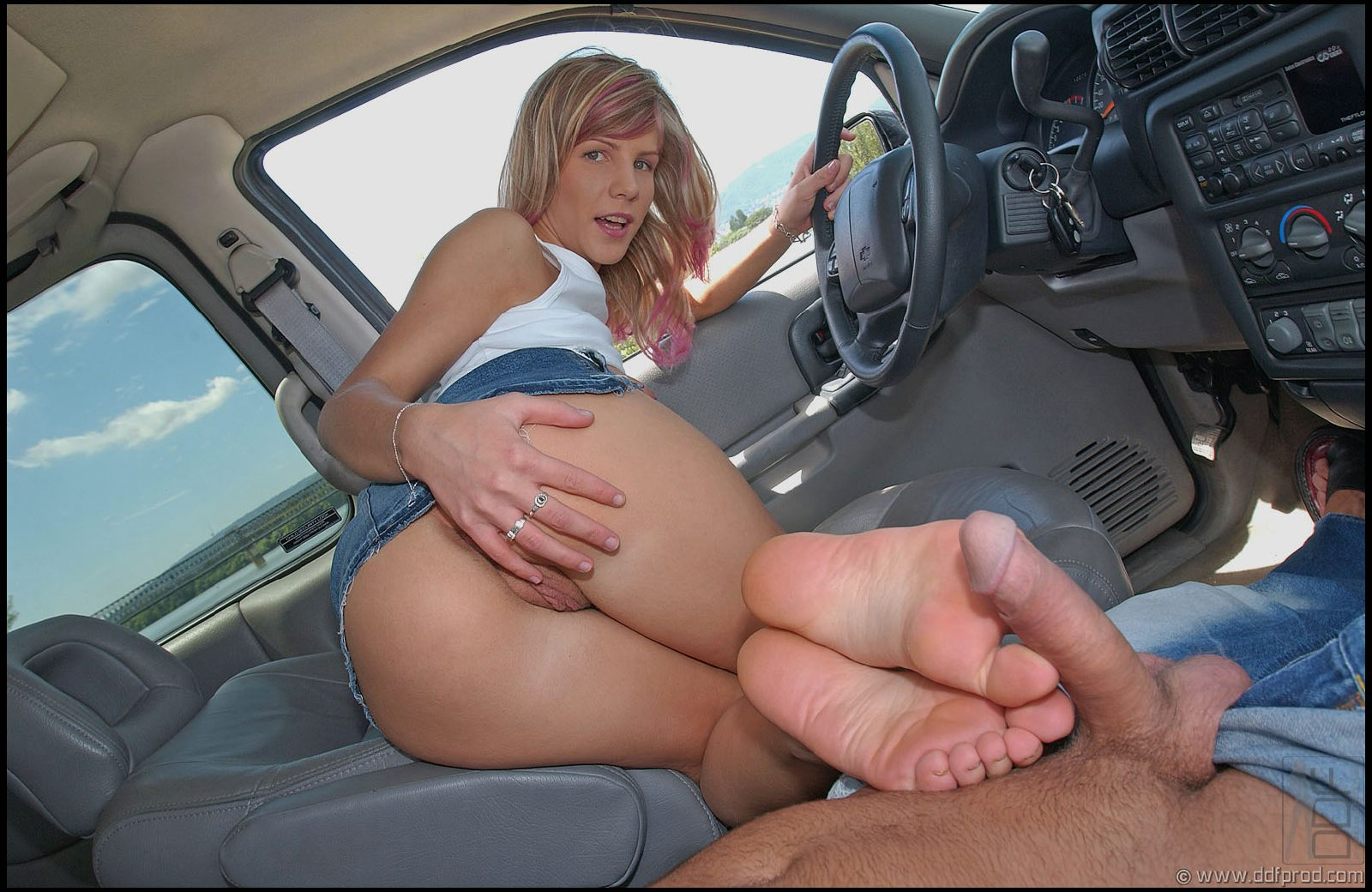 Footjob in the car cum