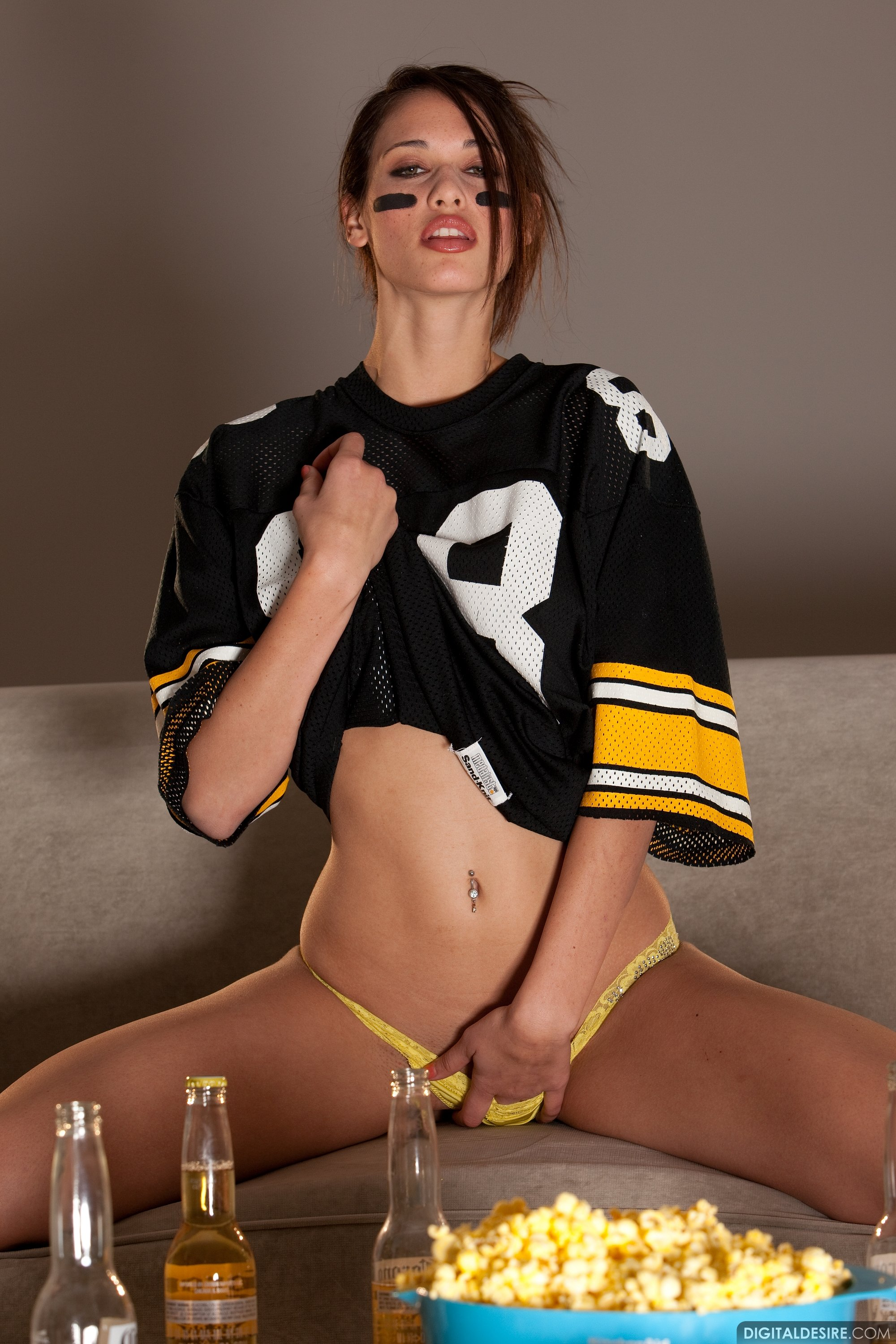 Hot football player Tiffany Thompson shows off her sexy ...