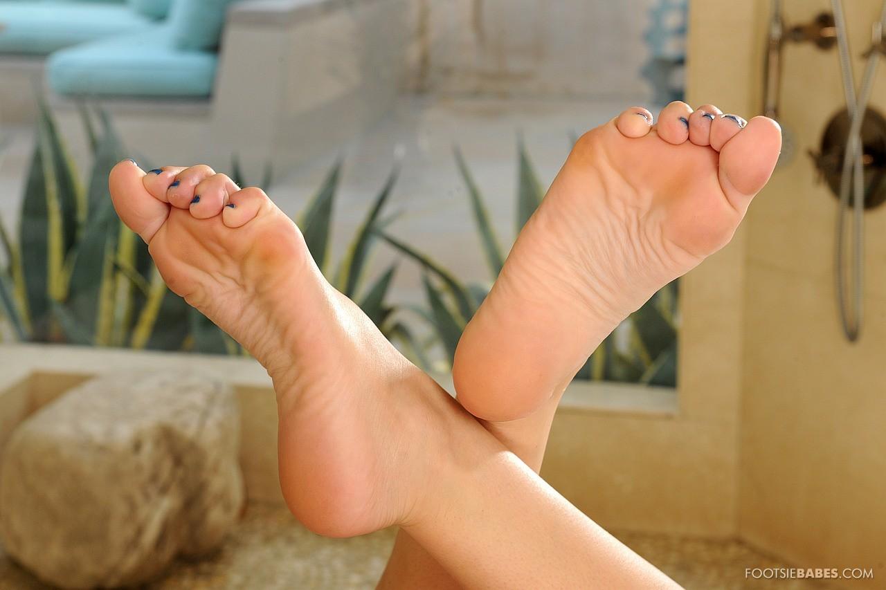 vanessa cage feet