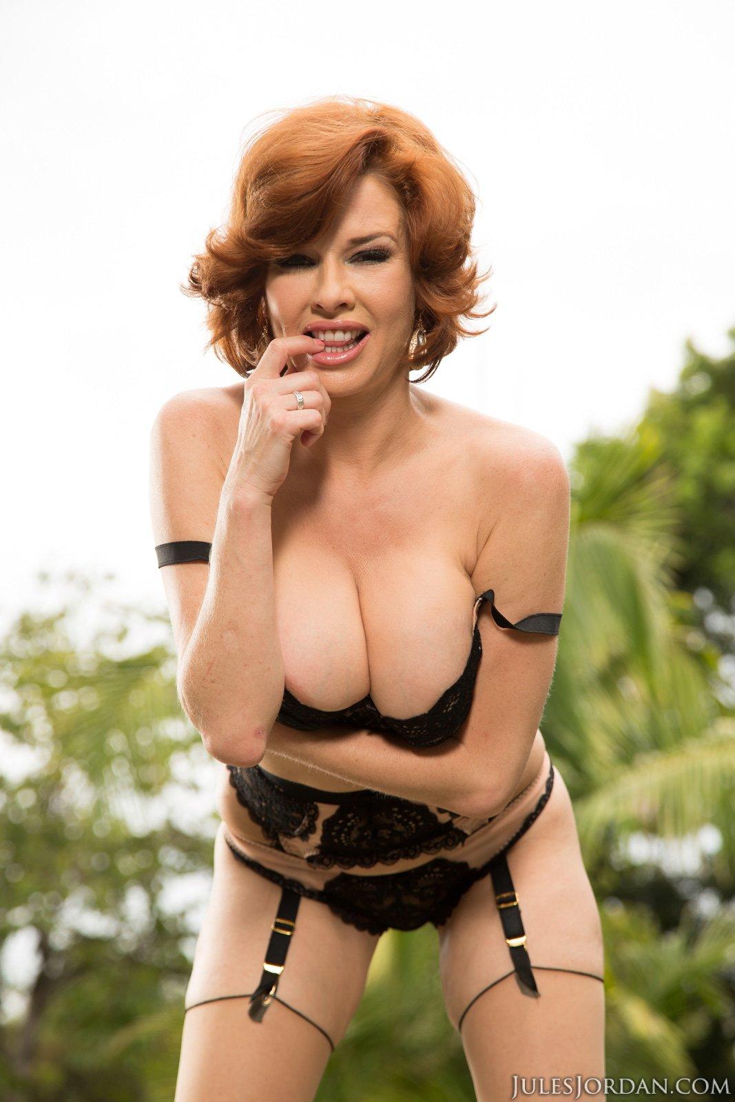 nude Veronica outdoors posing