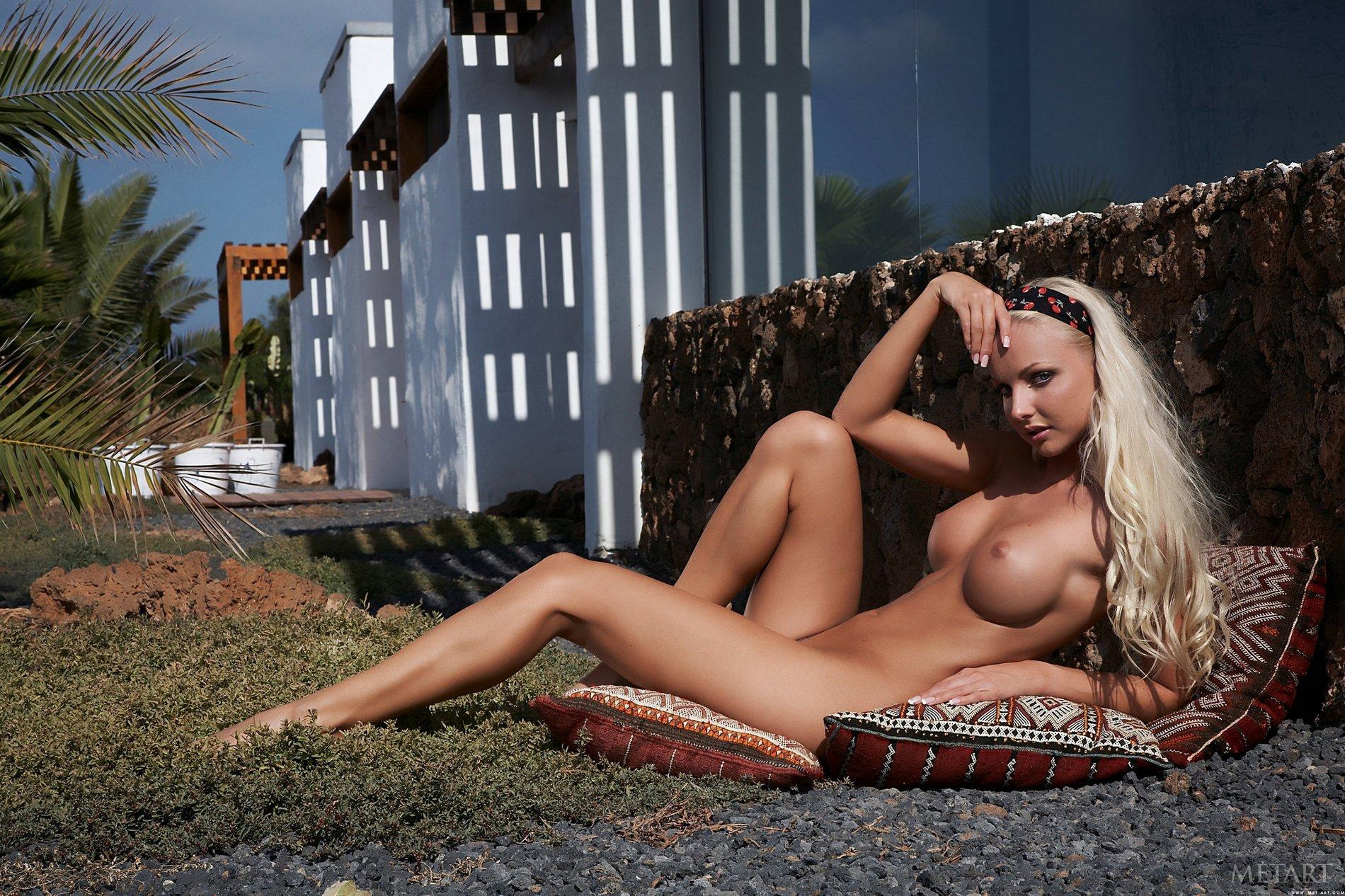 Veronika Simon poses naked outdoor - My Pornstar Book