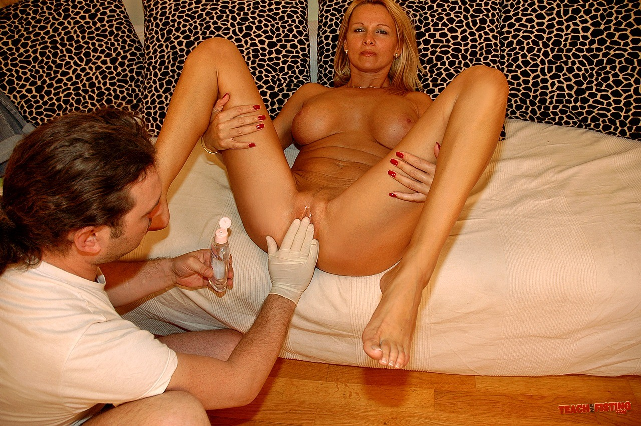 Milf fists her pussy