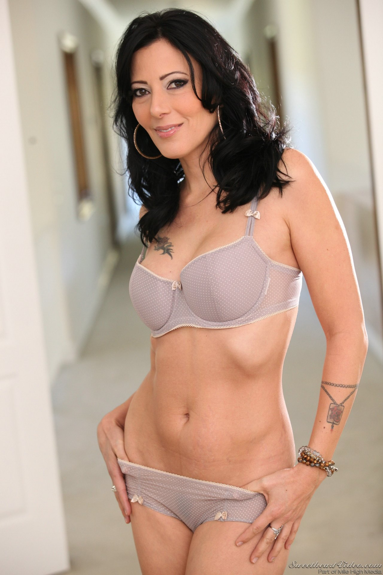 Gorgeous erotic brunette milf
